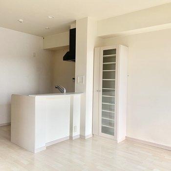 リビングの収納棚は食器棚としても使えます♩(※写真は8階の同間取り別部屋、清掃前のものです)