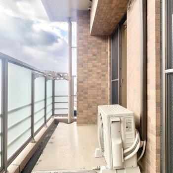 バルコニーはこの広さ!レンガデザインがかわいいです。(※写真は8階の同間取り別部屋、清掃前のものです)
