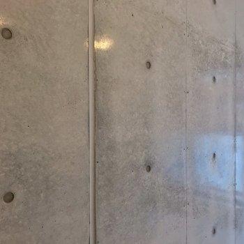 コンクリートはこの質感。(※写真は2階の同間取り別部屋のものです)