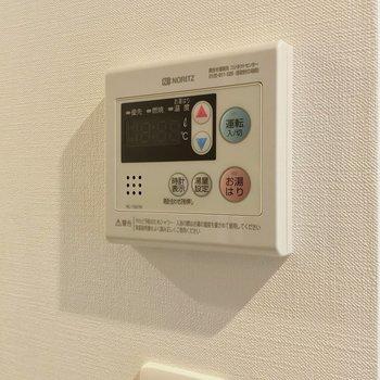 温度調節できる給湯のリモコンもあります。(※写真は2階の同間取り別部屋のものです)