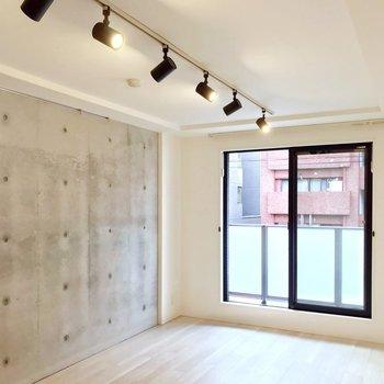コンクリート打ちっぱなしでスタイリッシュ。(※写真は2階の同間取り別部屋のものです)