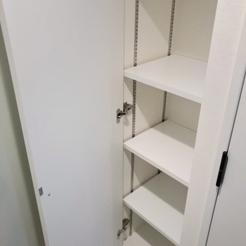シューズボックスは可動棚。ブーツも収納しやすいです。(※写真は2階の同間取り別部屋のものです)