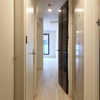 短い廊下を抜けると、(※写真は2階の同間取り別部屋のものです)