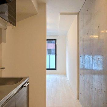 まずキッチン。向かいにコンクリートの壁。(※写真は2階の同間取り別部屋のものです)