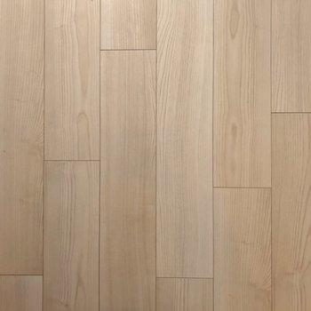 床は木目がはっきりと。ナチュラルな家具も合わせやすい。(※写真は2階の同間取り別部屋のものです)