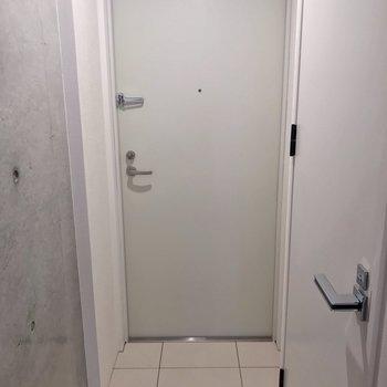 玄関はフラット。傘立てはマグネットタイプがよさそう。(※写真は2階の同間取り別部屋のものです)