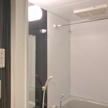 浴室乾燥機がついています。(※写真は2階の同間取り別部屋のものです)