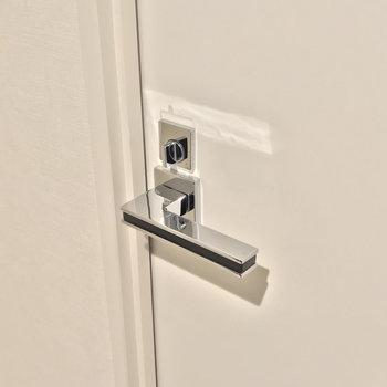 施錠ができるので来客時も安心。(※写真は2階の同間取り別部屋のものです)