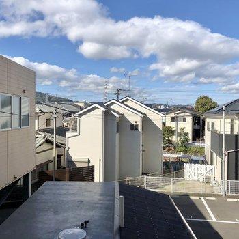 眺望は左側はマンションありますが、ちょうど抜けております。