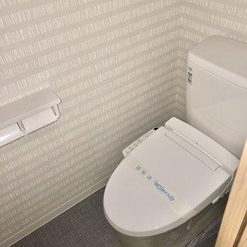 トイレはもちろんウォシュレット付き(※写真はフラッシュ撮影のものです)