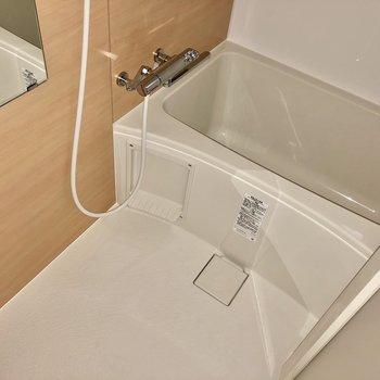 お風呂場も綺麗に。サーモ水栓で温度調整楽々(※写真はフラッシュ撮影のものです)