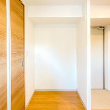 キッチンの反対には家電を置くスペースも広めに確保されています。(※写真は3階の同間取り別部屋のものです)