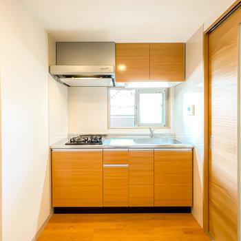 出て右にはこれまた木目調のキッチン。自炊もしっかりできる設備で、窓があるので換気もしやすいんです。(※写真は3階の同間取り別部屋のものです)