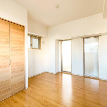 その対面、西側には足元まであるFIX窓が2つ。窓をフレームに見立てて観葉植物などを置くと◎(※写真は3階の同間取り別部屋のものです)