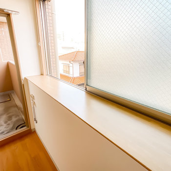 窓辺に植物やガラスオブジェを飾れば、印象的な朝の時間を過ごせそう!(※写真は3階の同間取り別部屋のものです)