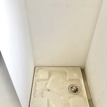 奥側に洗濯機置き場です(※写真は清掃前のものです)