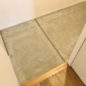 こちらはコンクリの床。ゆったりした広さです。