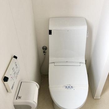 そしてウォシュレット付きトイレ。壁があるのでほんのり空間分けれています。
