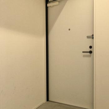 玄関はプレーンな装いでお気に入り。