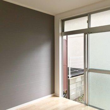 4.5帖の洋室には濃い色のアクセントクロス。落ち着く雰囲気。