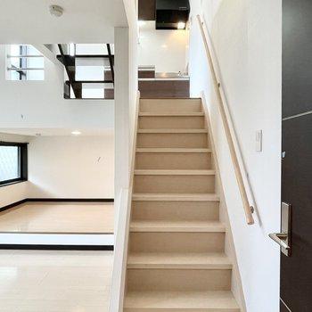 玄関入ってドアを開けると目の前には階段があります。