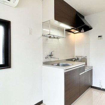 ここにはキッチンもあります。左横に冷蔵庫置けるかな。