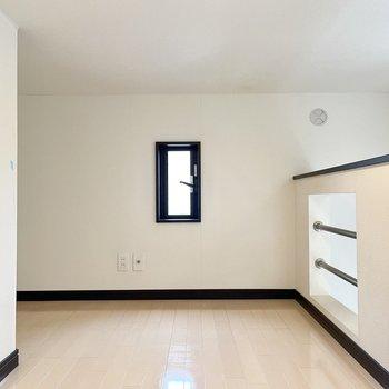 小窓もあります。マットレスを敷いて寝室代わりにどうでしょう。