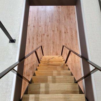 階段は少し急ですが、手すりがあるので安心です。