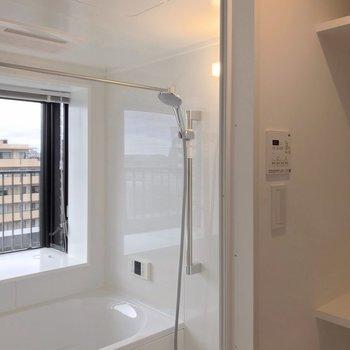 浴室乾燥機もあります。手前の棚はタオルや着替えを置くのに便利。