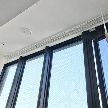 窓の前には室内物干しも付いていました! (※写真は7階の同間取り別部屋のものです)