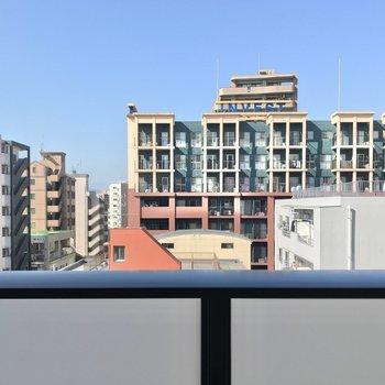 建物が多いですが、離れているので圧迫感ありません♩ (※写真は7階の別部屋からのものです)