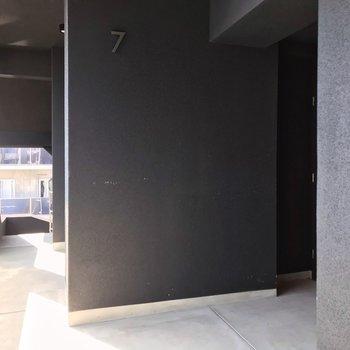1フロア2戸。玄関は奥まっているつくりが嬉しいな。
