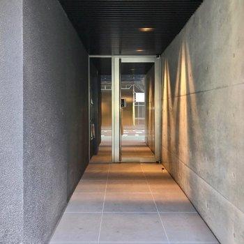 アプローチのコンクリート打ちっぱなしがクールな雰囲気でした。