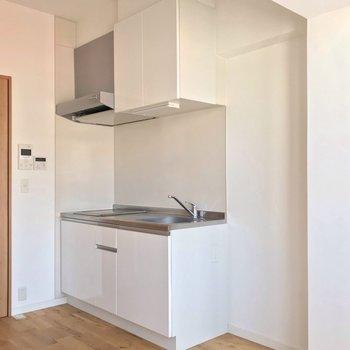 シンクの隣に冷蔵庫を置けますよ。 (※写真は7階の同間取り別部屋のものです)
