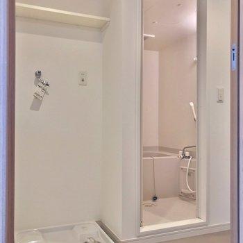 洗濯機置場の上の棚が便利です。 (※写真は7階の同間取り別部屋のものです)