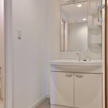 洗面台は奥に。どっしりしていて朝の支度もラクラクです♩ (※写真は7階の同間取り別部屋のものです)
