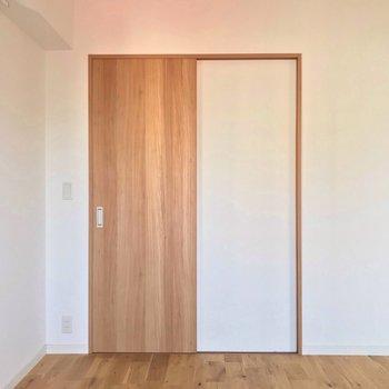収納は扉一枚分。 (※写真は7階の同間取り別部屋のものです)