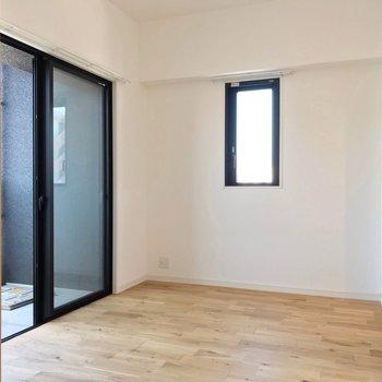 洋室は4.3帖。大きなベッドがすっぽり入ります。 (※写真は7階の同間取り別部屋のものです)