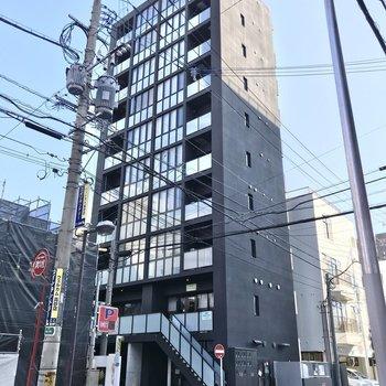 飲食店や事務所も入った、スタイリッシュな建物の1室。