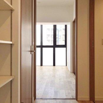玄関入って左側に居室。 (※写真は7階の同間取り別部屋のものです)