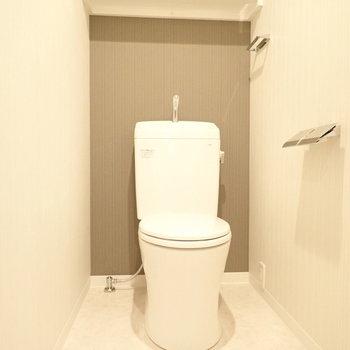 トイレもアクセントクロスで、洗練された雰囲気です。