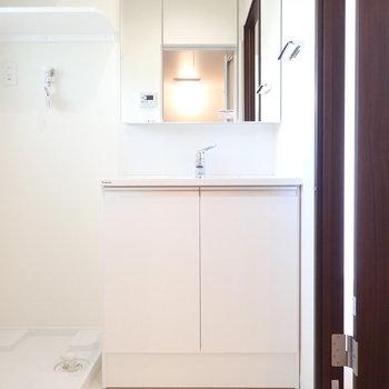 洗面台の鏡裏は収納です!
