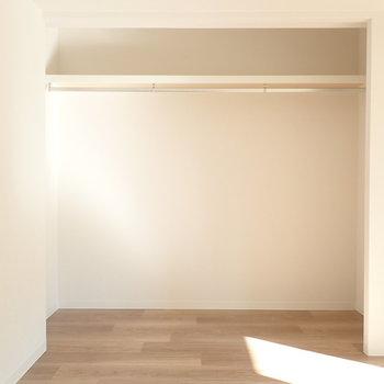 洋室はオープン収納!突っ張り棒にカーテンしてもいいですね。