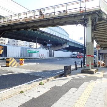 お部屋のまわり】歩道橋を渡れば、JR駅へ。高速道路の下をくぐるような橋になっています。