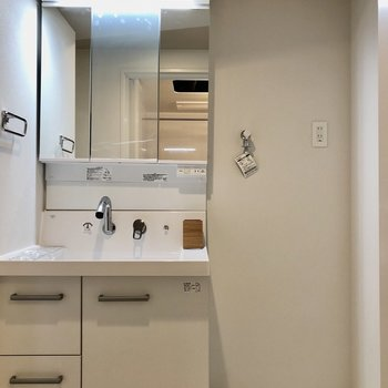 脱衣所には独立洗面台と洗濯機置場があります。(※写真は2階の同間取りモデルルームのものです)
