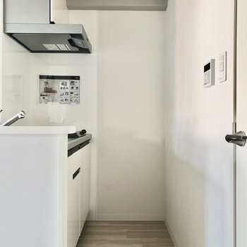 少し狭めになっているので、家電等はキッチン右のスペースに。(※写真は2階の同間取りモデルルームのものです)
