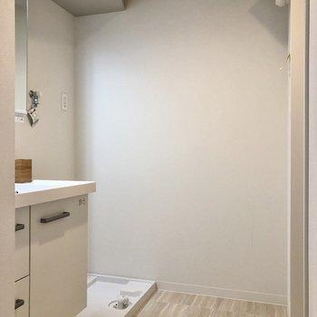しっかりスペースがあるので、シェルフ等も置けます。(※写真は2階の同間取りモデルルームのものです)