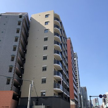 薬院から博多へ続く大きな通り沿いにある2020年築の建物。