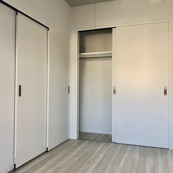 個室感もしっかりあります。収納は壁一面。(※写真は2階の同間取りモデルルームのものです)
