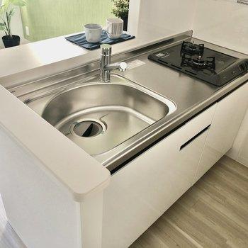 キッチンは2口コンロで使いやすそう!(※写真は2階の同間取りモデルルームのものです)